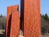 Zum Anlass des Pressetermins hat die Jugendwerkstatt eine provisorische Brücke in die Eingangsskulptur gebaut.