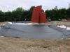 Mitte Juni 2012 wird die Teichfolie verlegt. Bald wird der Löschteich geflutet - dann steht die Skulptur endlich im Wasser.